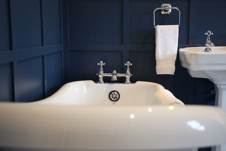 Dodds Manor Cottage, a luxurious family cottage