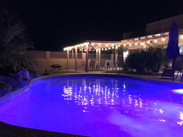 3 bdrm, 2 master bdrms, pool, bar and lake view.