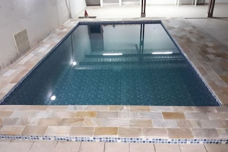 Casa com piscina na quadra da praia em Itanhaém.