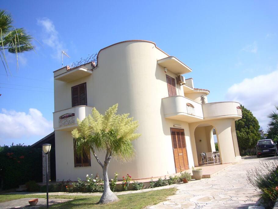 Due lati del prospetto della casa