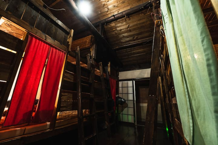 The room is a refurbished Japanese old house. 部屋は古い町家を改装したドミトリータイプの部屋になっています。