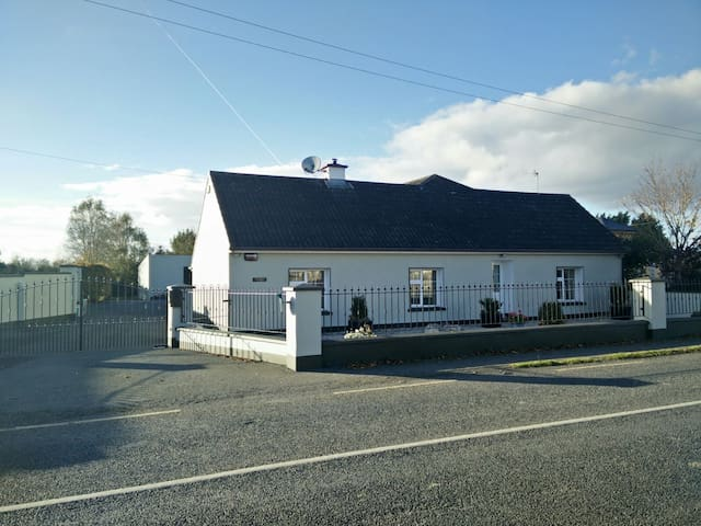 Comfortable double room in cozy country cottage - Patrickswell - Hus