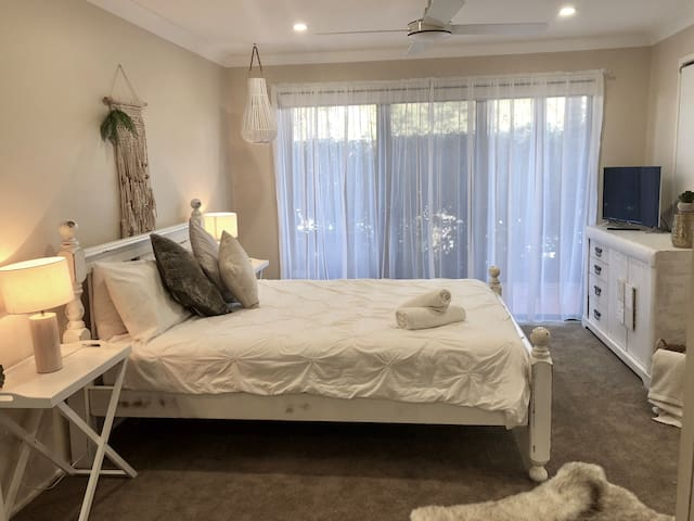 Recently refurbished with brand new carpet, block out blinds and sheers! New Netflix Tv. Comfortable rustic Queen bed.