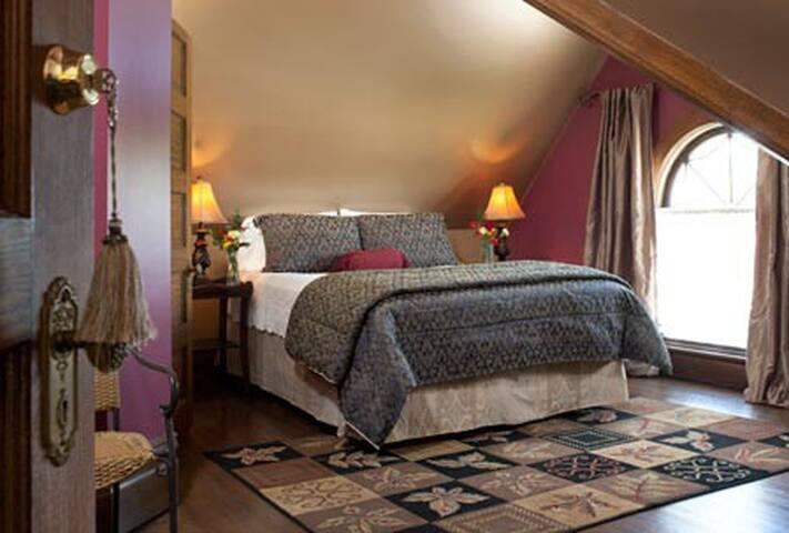 Romantic Room in Allegan, MI B&B :: Jewel Box