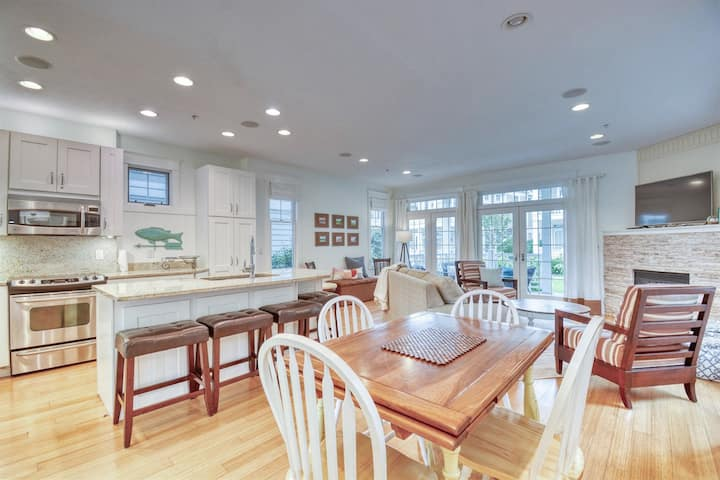 Aqua Essence: Feel like royalty at this high end condo with harbor views walking distance to Saugatuck and Douglas