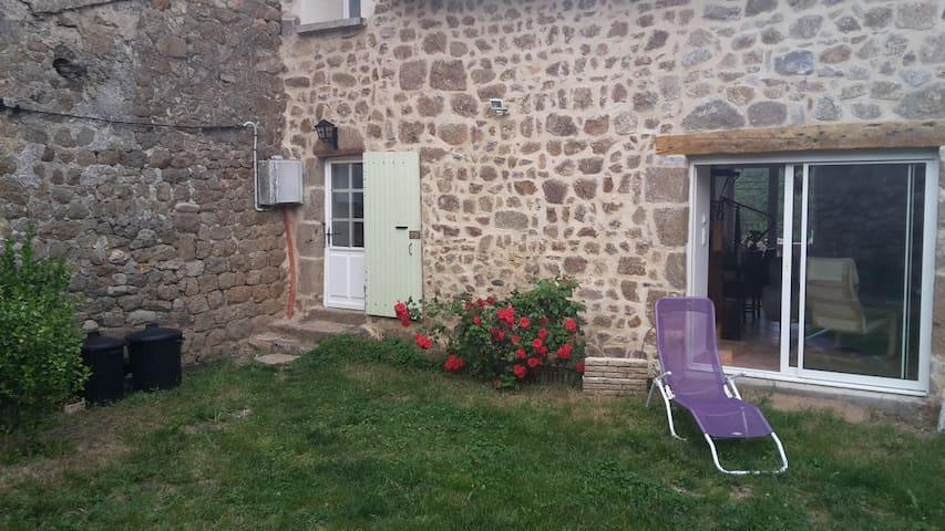 Chambre privée dans maison en pierre