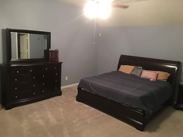 Bedroom 1 King Bed, tempurpedic, it's legit