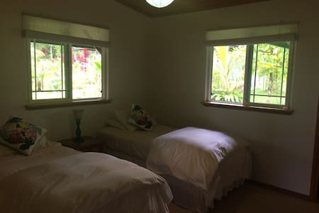 Garden room #2 on lush estate - Hakalau - Bed & Breakfast