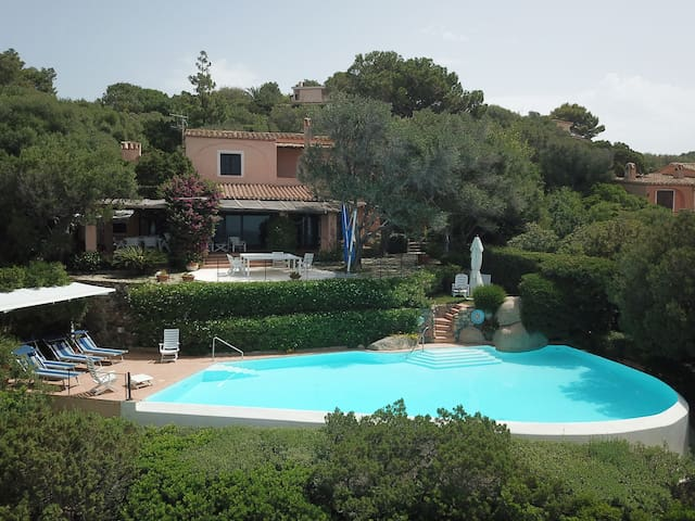Luxurious Villa Mistral a Cala Delfino overlooking the sea with direct and private access to the rocky bay below