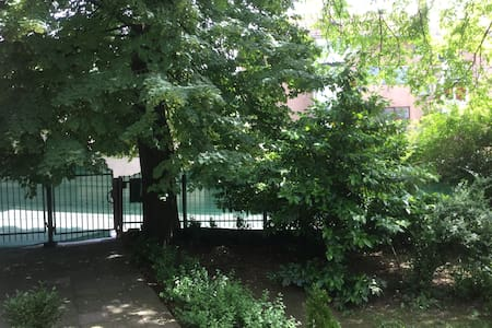 Nice and sunny room in old Villa. With parking. - Sarajevo - Villa