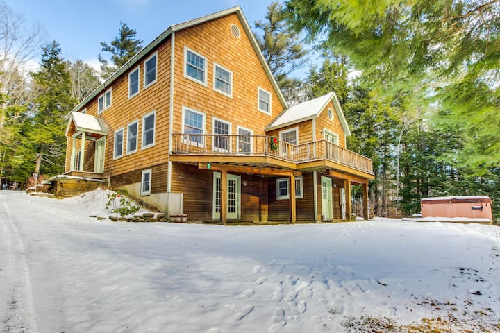 Spacious home for large groups. Outdoor hot tub, Okemo just 2 miles west!