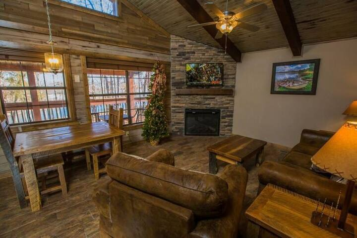 ***Winter DISCOUNTS*** Cozy 2 bd/2ba cabin, Lakeview, fireplace, 5 min to SDC!!