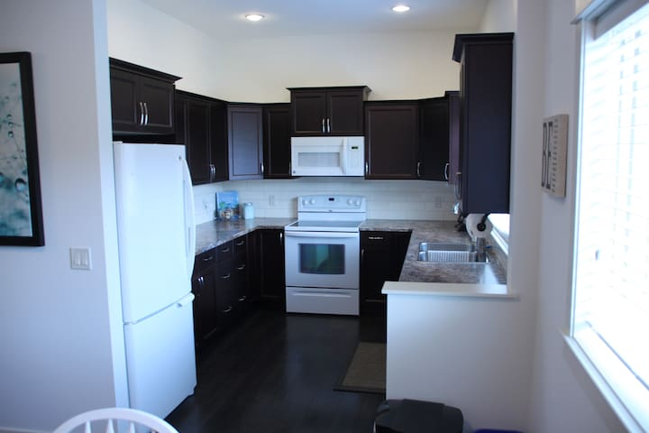 Spacious Lower Level Private Suite - West Kelowna - Huis