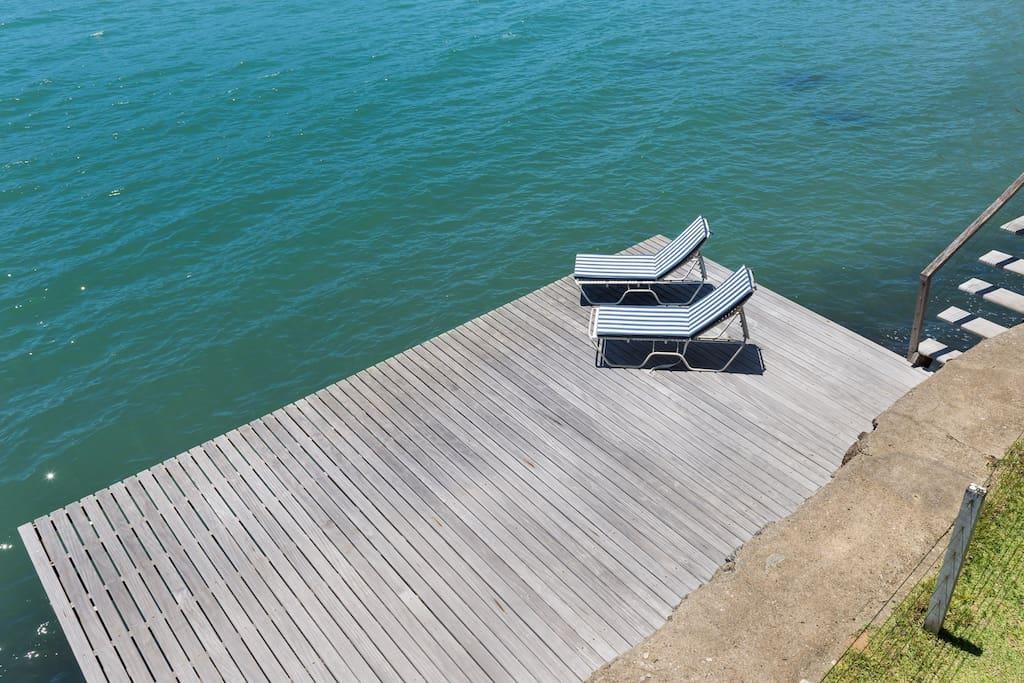 deck totalmente sobre o mar com um chuveiro para um bom banho de agua doce...