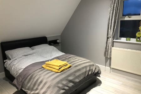 En-suite, bright double room in quiet road/parking