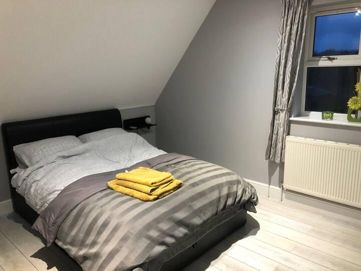 En-suite, bright double room in quiet road/parking