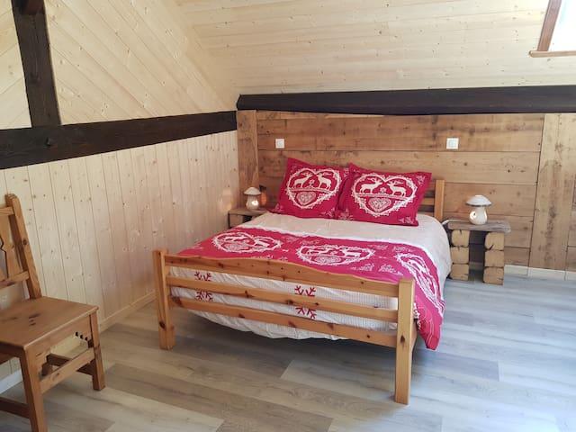 Chambre du 2ème étage avec salle de bain attenante composée d'un lit double et d'un lit simple