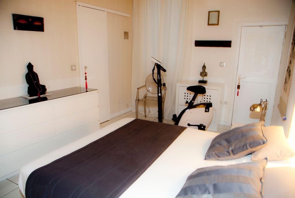 Chambre avec cabinet de toilette indépendant.