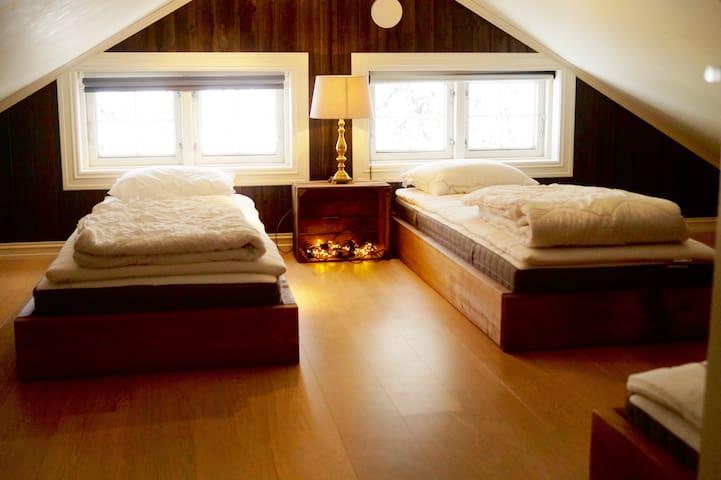 Soverommet på hemsen har to enkle senger, og en 140 seng