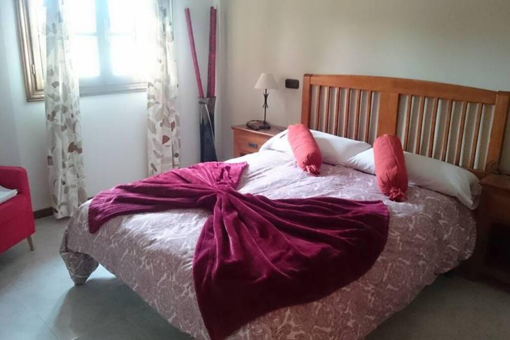 Habitaciones dobles con ropa de cama y TV