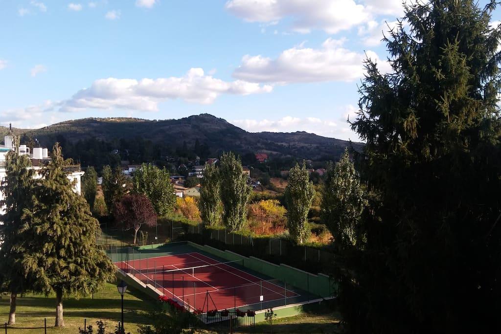 Casa en la sierra con piscina y buenas vistas aptos en for Alquiler verano sierra madrid piscina