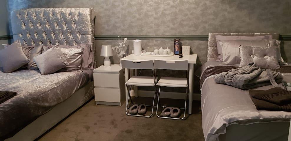 crossroad  luxury rooms (Near glasgow airport)