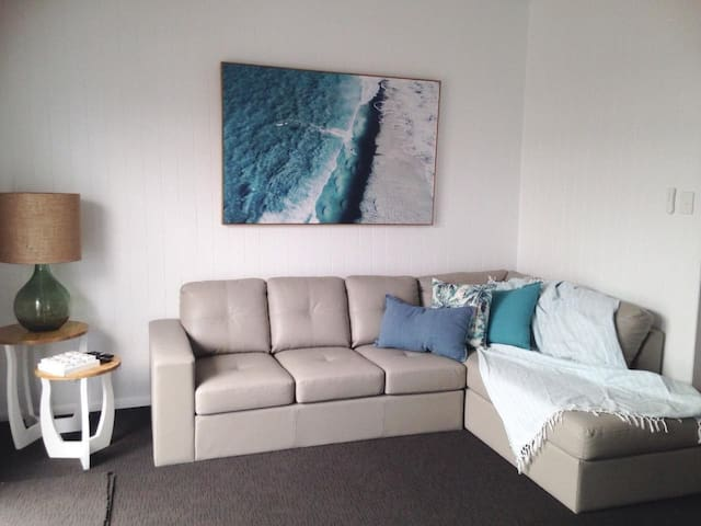 Breezy stylish beach cottage in heart of Coolum