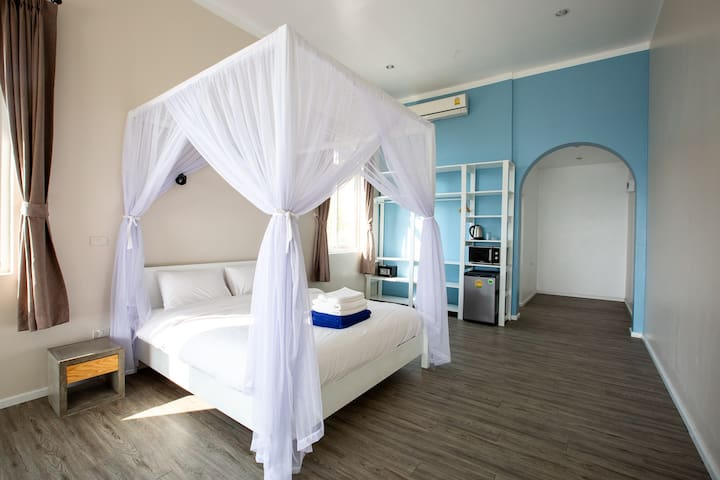 Spacious Studio with Beach, Pool, Coworking, Cafe