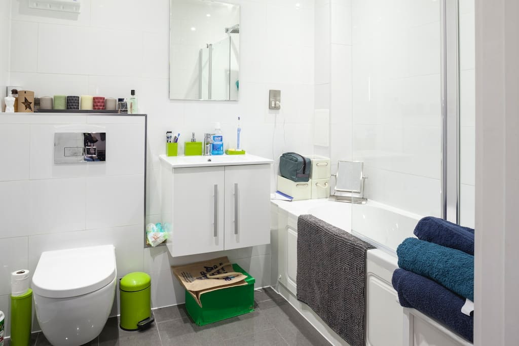 Bath & Shower - 24/7 hot water