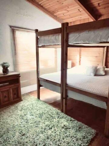 Cuenta con cama king. (De ser necesario por ocupación se puede habilitar la cama king de arriba) cuenta con aire acondicionado