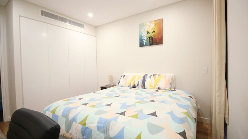 2 mins from train, new bedroom with own bathroom