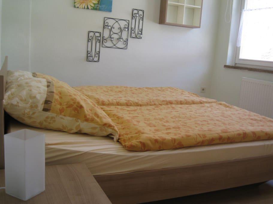 Schlafzimmer mit elektrischen Rolläden