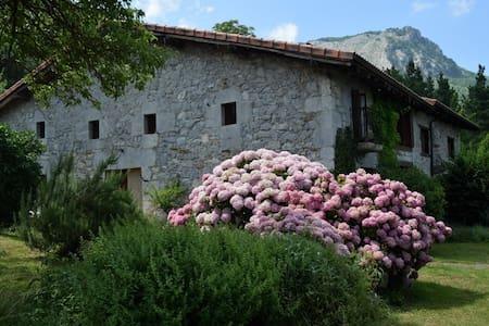 Caserio Larra, adosado al parque de Urkiola - Mañaria
