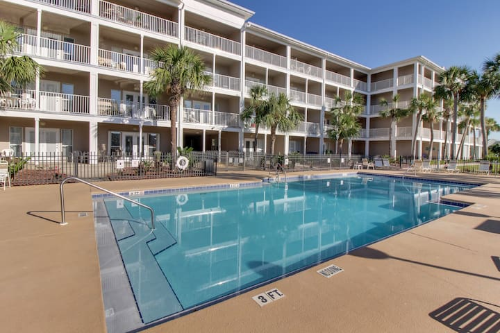 Snowbird-friendly beach condo w/ a shared pool, patio, full kitchen, & more