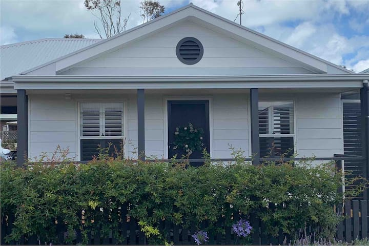 Quaint cottage in the heart of Goolwa 100 meters from the centre of town and Wharf precinct.