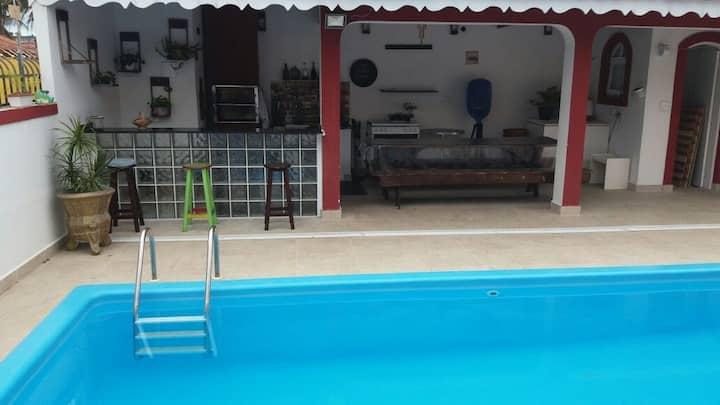 Linda casa com piscina a uma quadra da praia