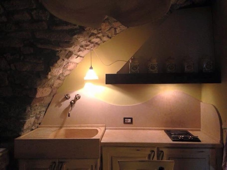 Cucina con piano, rivestimento e lavello in travertino massiccio