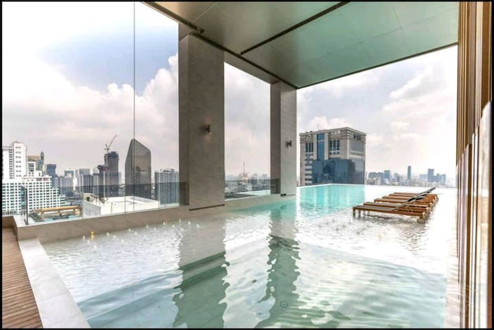 Luxurious condo near BTS Asok, Sky Pool, Netflix,