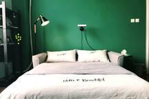 沙发床备用厚实舒适垫及精心挑选的床品,可一夜好眠。