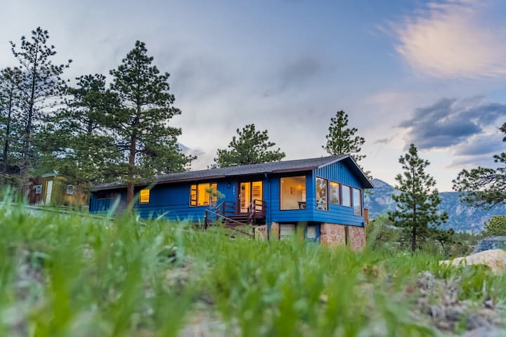 PET-FRIENDLY DOWNTOWN 3BR WITH EPIC MOUNTAIN VIEWS