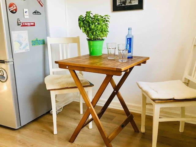 Die Küche ist komplett ausgestattet und bietet Platz zum Essen oder auch einfach nur einen Kaffee oder Tee zum Frühstück zu genießen