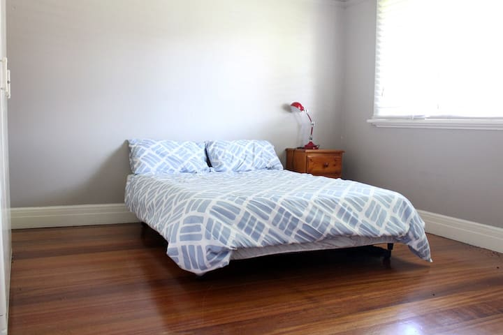 Lovely, Spacious Room in My Home - Footscray - House