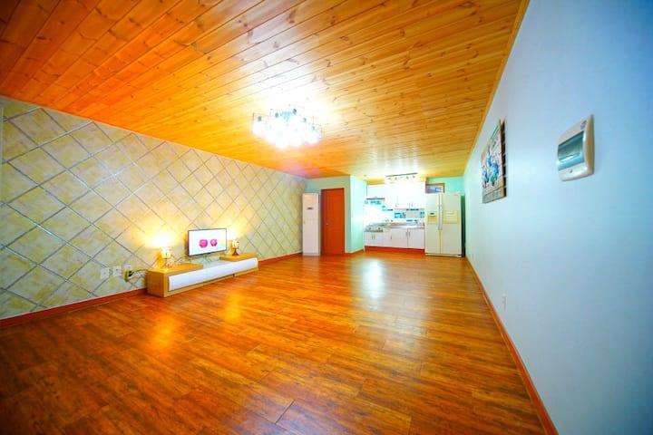 심플한 화이트 벽과 사선 체크 벽이 매력적인 대형원룸 C동102호