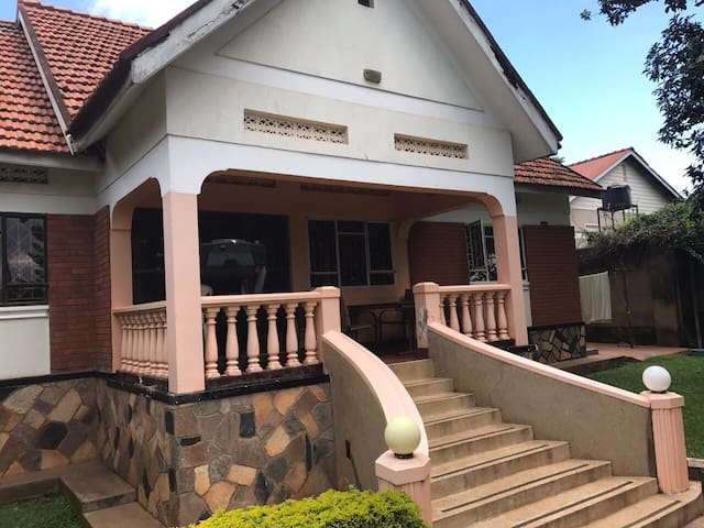 Beautiful house with large gardens! - Kampala