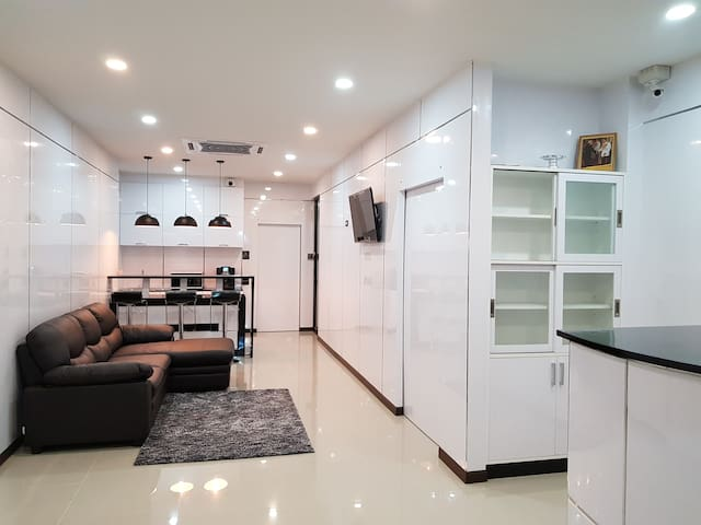 Newly Renovated private room in townhouse,Nana BTS