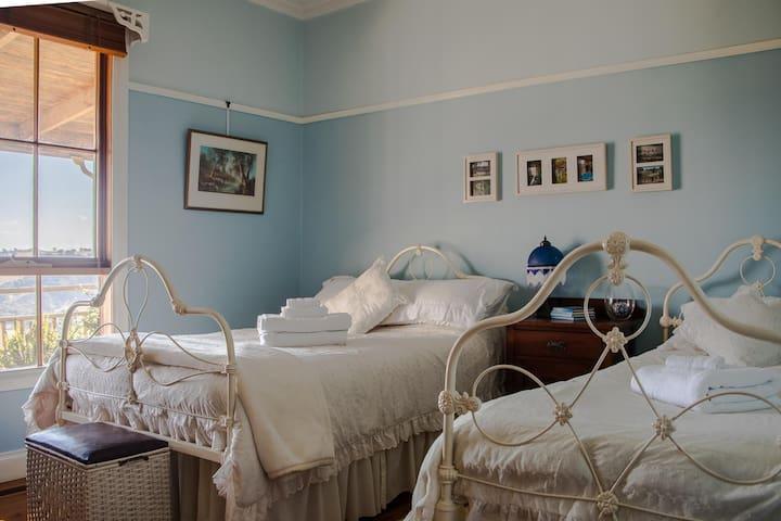 Inspiring Views B&B, Twin Share Blue Room