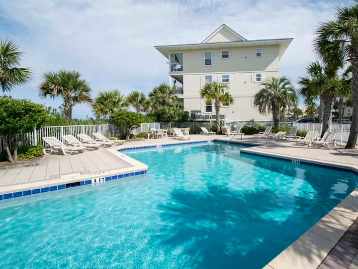 Charming Beach Condo. Close to the Sand! Community Pool