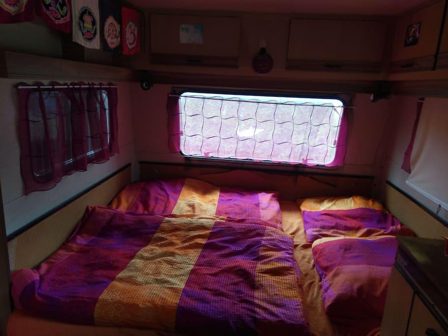 Schlafbereich im Wohnwagen