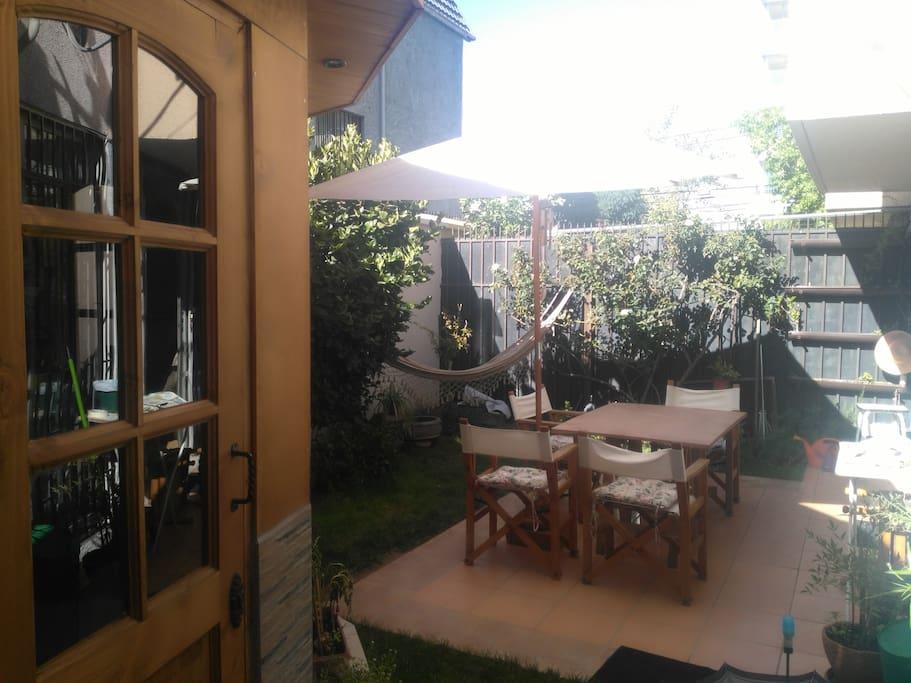 Linda terraza y jardín privado