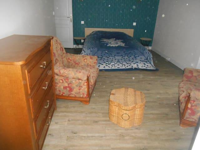Chambre avec 1 lit de 160 Possibilité d'un lit en 90 Placard un côté penderie et un étagères porte donnant sur l'extérieur
